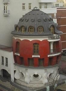 «Дом-яйцо» на улице Машкова в Москве, включен в рейтинг самых необычных зданий мира. Его придумали архитектор Сергей Ткаченко и галерист Марат Гельман в конце 90-х годов ХХ века.